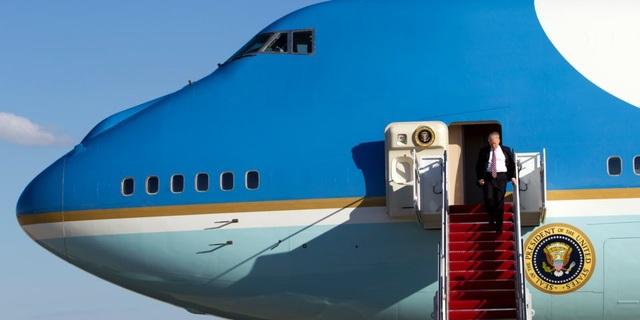 Tổng thống Trump bước xuống từ chuyên cơ Không Lực Một tại căn cứ Andrews (Ảnh: AFP)