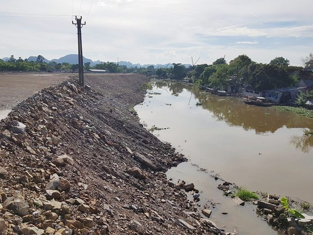 Trong khi san lấp, công ty tiện tay lấn cả lòng sông Vân làm biến đổi dòng chảy.