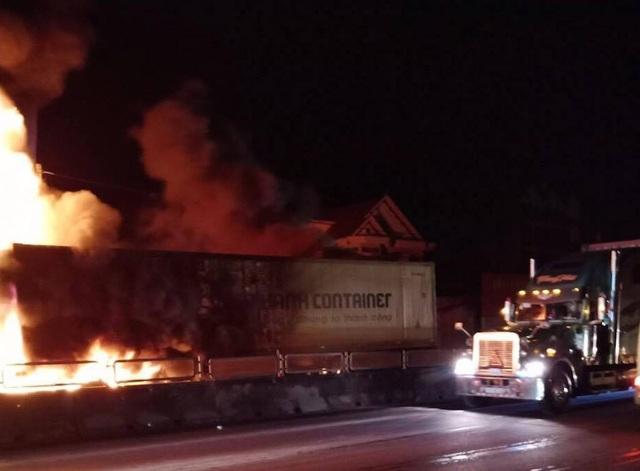 Sau tiếng nổ lớn, xe container bốc cháy dữ dội - 3