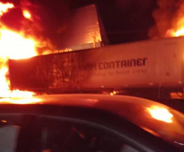 Sau tiếng nổ lớn, xe container bốc cháy dữ dội - 4