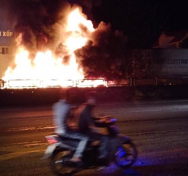 Sau tiếng nổ lớn, xe container bốc cháy dữ dội - 5