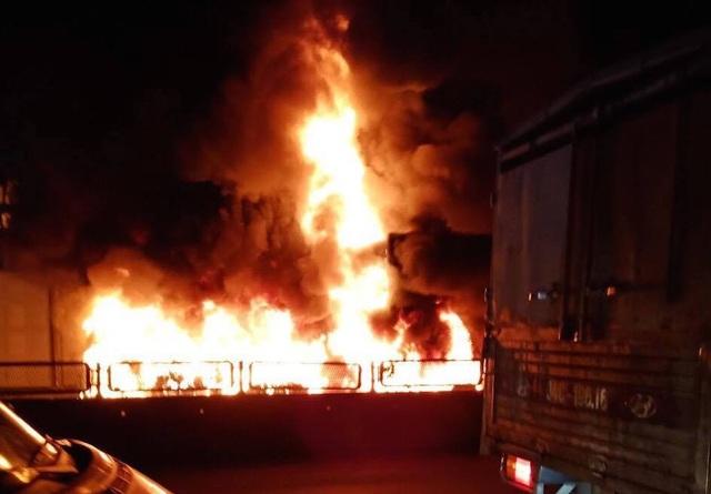 Sau tiếng nổ lớn, xe container bốc cháy dữ dội - 6