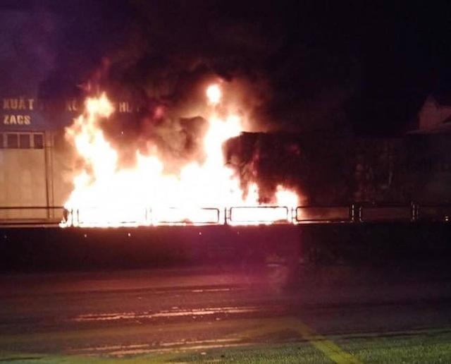 Sau tiếng nổ lớn, xe container bốc cháy dữ dội - 7