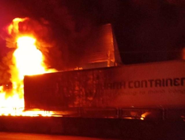 Sau tiếng nổ lớn, xe container bốc cháy dữ dội - 8