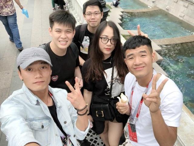 Thủ môn Bùi Tiến Dũng và Hà Đức Chinh tạo dáng xì tin cùng những người bạn khi cả hai đang có mặt ở Moscow, Nga.