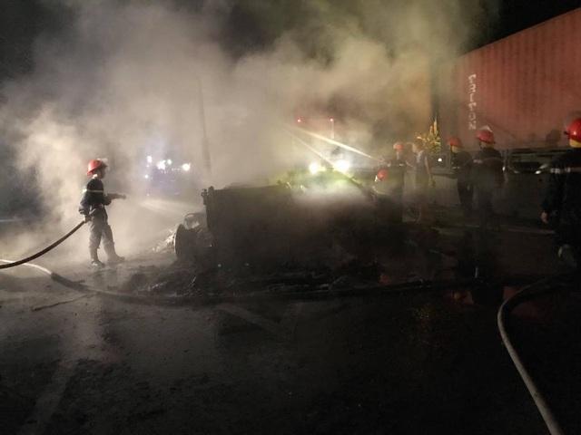 Sau tiếng nổ lớn, xe container bốc cháy dữ dội - 12