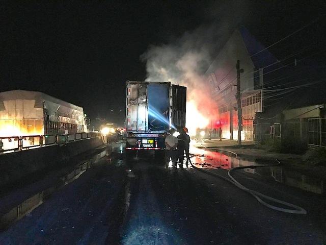 Lực lượng lính cứu hỏa cố gắng dập ngọn lửa bốc từ chiếc xe.