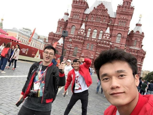 Cầu thủ Hà Đức Chinh nhí nhảnh tạo dáng chụp hình cùng Bùi Tiến Dũng tại Quảng trường Đỏ ở Moskva, Nga. Bùi Tiến Dũng vinh dự trở thành cầu thủ Việt Nam đầu tiên xuất hiện tại một kỳ World Cup, với vai trò trao giải cầu thủ hay nhất trận bán kết Anh - Croatia.