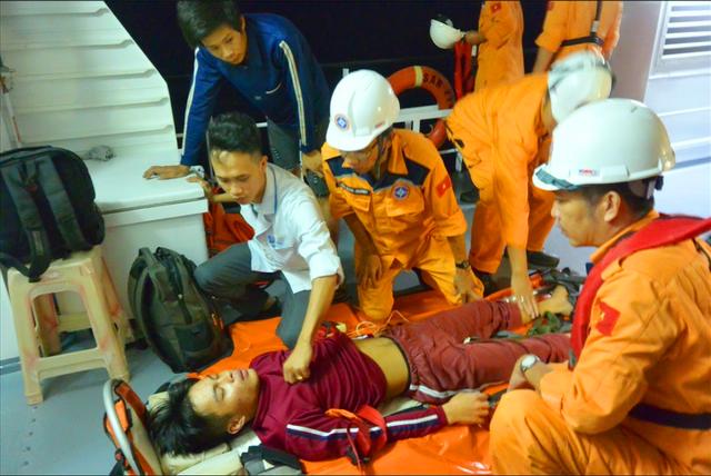Thuyền viên bị tai biến khi đang theo tàu cá lao động ở vùng biển Hoàng Sa vừa được đưa vào bờ cấp cứu