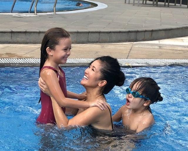 Hồng Nhung nô đùa khá vui vẻ cùng hai con Tôm, Tép ở bể bơi.