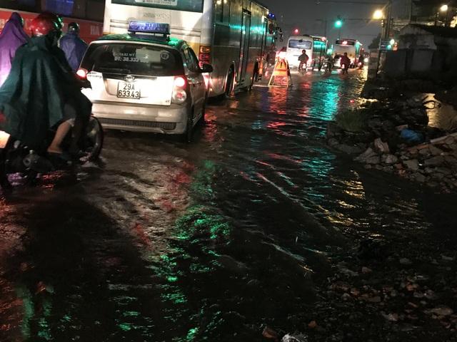 Người Hà Nội bì bõm trên phố-sông sau trận mưa rào - 13