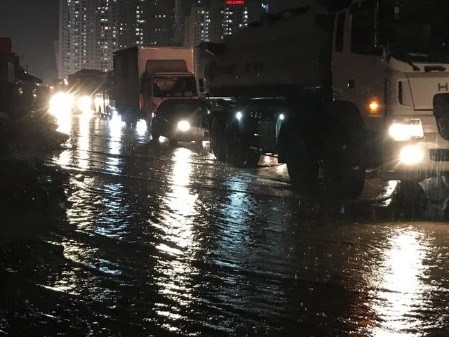 Tối ngày cuối tuần, giao thông khó khăn vì một trận mưa.