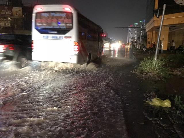Người Hà Nội bì bõm trên phố-sông sau trận mưa rào - 14