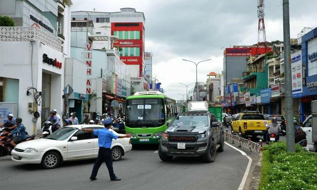 Lực lượng chức năng quận Tân Bình phân luồng giao thông