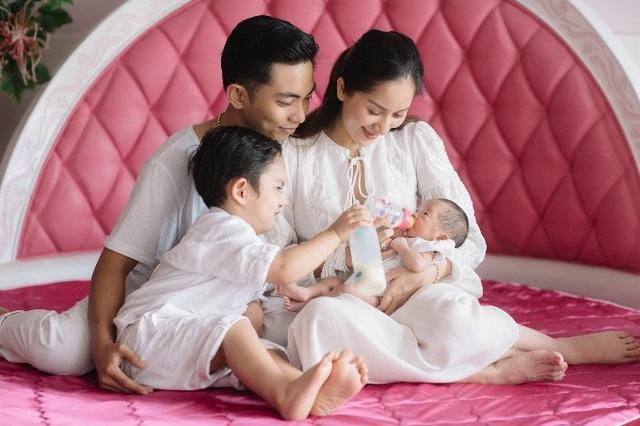 Khánh Thi - Phan Hiển hạnh phúc gia đình nhỏ bên hai con. Nữ vũ công chia sẻ: Tấm hình đầu tiên gia đình 4 thành viên sum vầy tại nhà. Kỷ niệm đẹp sau này cho Kubi và Anna.