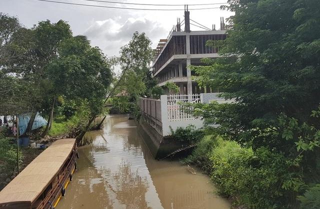 Công trình của Công ty Linh Phương đang xây dựng ở một mặt khác cũng lấn sông
