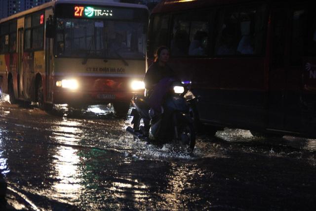 Người Hà Nội bì bõm trên phố-sông sau trận mưa rào - 9