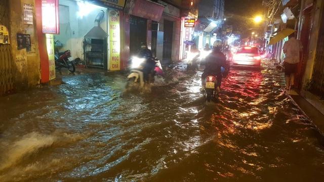 Người Hà Nội bì bõm trên phố-sông sau trận mưa rào - 1