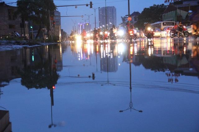 Người Hà Nội bì bõm trên phố-sông sau trận mưa rào - 8