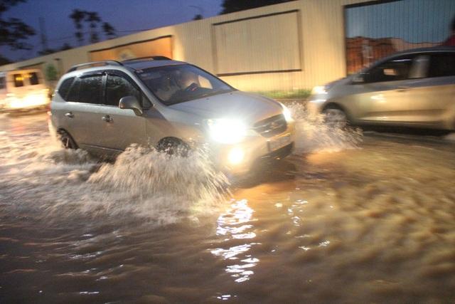 Người Hà Nội bì bõm trên phố-sông sau trận mưa rào - 5