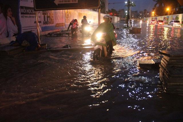 Người Hà Nội bì bõm trên phố-sông sau trận mưa rào - 6