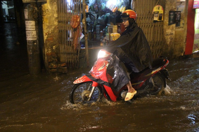 Người Hà Nội bì bõm trên phố-sông sau trận mưa rào - 2