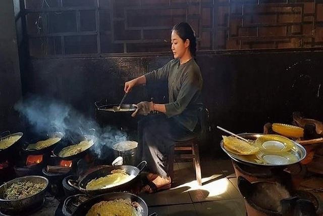 Vương Anh tự tay đổ bánh xèo - món ăn đặc sản của vùng Đồng bằng sông Cửu Long