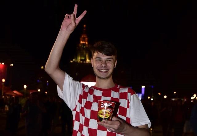 """Cổ động viên Croatia chia vui cùng những người bạn mới và thích thú với món mì 3 Miền """"bất ly thân"""" của những người bạn Việt (Ảnh: Minh Nam)"""