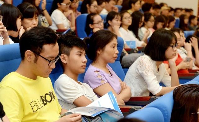 Thí sinh và phụ huynh chăm chú nghe tư vấn từ phía Nhà trường