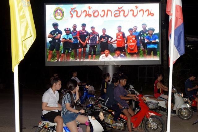 Biển quảng cáo có hình đội bóng Lợn Rừng tại Thái Lan (Ảnh: AFP)