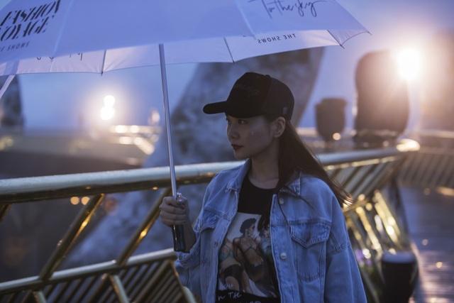 Tuy nhiên, thời tiết tại đỉnh cây cầu Vàng không thuận lợi và đổ cơn mưa tại đây. Đạo diễn Long Kan, Thanh Hằng cùng dàn người mẫu và ekip đội mưa tập luyện.