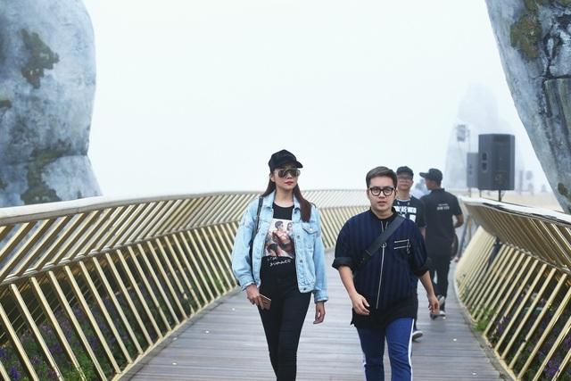 NTK Chung Thanh Phong (bên phải) sẽ mang đến BST Nàng mây. Thanh xuân cũng như mây trời, hãy sống và yêu hết mình để thanh xuân rực rỡ nhất là thông điệp BST được nhà thiết kế Chung Thanh Phong ấp ủ và thực hiện dành riêng cho chương trình Dạo bước trên mây.