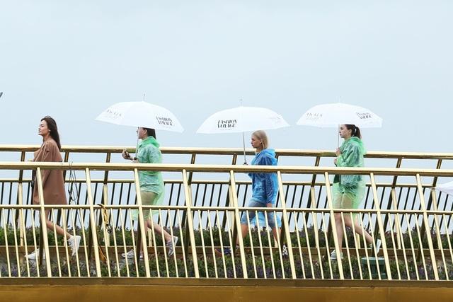 Nhìn dàn người mẫu che dù, mặc áo mưa tập luyện một cách chuyên nghiệp khiến ai nấy đều phải nể phục tinh thần làm việc nghiêm túc và chuyên nghiệp.