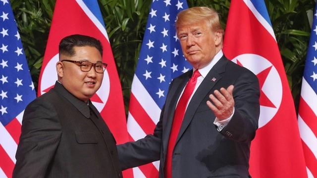 Tổng thống Donald Trump và nhà lãnh đạo Kim Jong-ung gặp nhau tại Singapore (Ảnh: Reuters)
