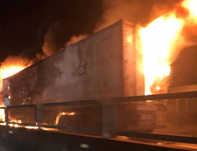 Sau tiếng nổ lớn, xe container bốc cháy dữ dội - 2