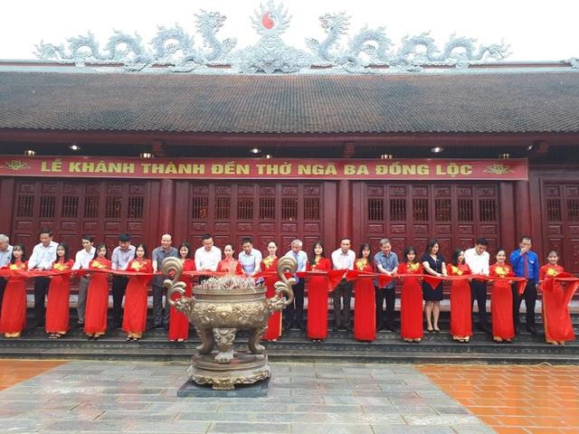 Các đại biểu cắt băng khánh thành Đền thờ Ngã ba Đồng Lộc