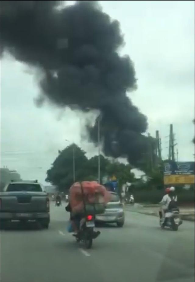cột khói đen sì khiến nhiều người đi đường ngột ngạt