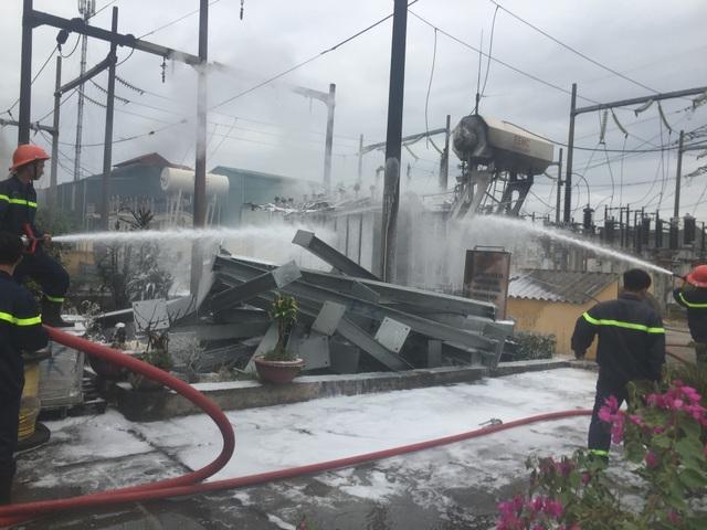 Cảnh sát Phòng cháy và Chữa cháy nỗ lực dập lửa trạm biến áp