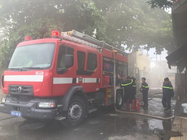 Khói đặc quánh, nhiều khí độc khiến công tác cứu hỏa gặp nhiều khó khăn