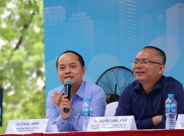 TS. Lê Xuân Thành, Trưởng phòng Công tác sinh viên, Trường ĐH Mỏ - Địa chất (trái).