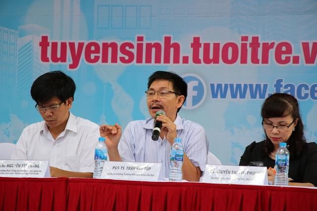 PGS.TS Trần Văn Tớp (Phó Hiệu trưởng ĐH Bách Khoa Hà Nội) tư vấn cho câu hỏi hack não của thí sinh.