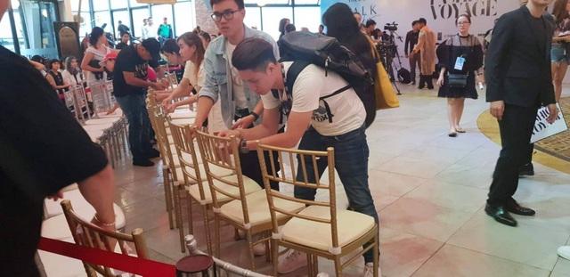 Tất cả khán giả, nghệ sĩ… đều nán lại và quây quần bên cạnh đạo diễn Long Kan và êkip và cùng nhau xếp ghế để tổ chức trong nhà.