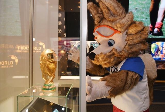 Linh vật World Cup 2018 với chiếc cúp vàng World Cup