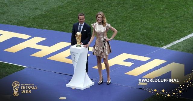 Philipp Lahm giới thiệu chiếc cúp vàng World Cup, hoặc Pháp, hoặc Croatia sẽ mang về nước sau trận đấu chung kết
