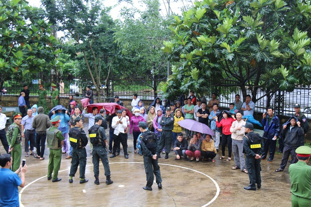 Người dân tiểu khu 1535 vượt hơn 120km đến theo dõi phiên tòa xét xử Đặng Văn Hiến