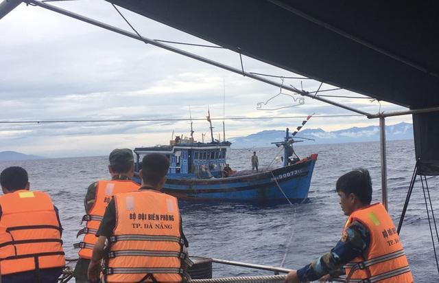Tàu cứu nạn của Hải đội 2, Bộ đội Biên phòng TP Đà Nẵng tiếp cận và lai dắt tàu cá bị nạn về bờ