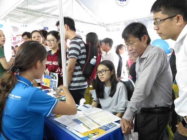 Cán bộ tuyển sinh trường ĐH Kinh tế TPHCM giải đáp thắc mắc cho thí sinh tại Ngày hội tuyển sinh.