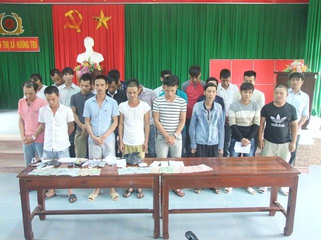 23 đối tượng đang cá độ bóng đá tại làng quê Hương Trà thì bị công an bắt giữ