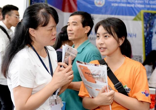 Nhiều thí sinh băn khoăn đặt câu hỏi với Ban tư vấn trường ĐH Kinh tế quốc dân