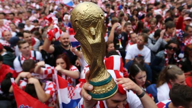 Các cổ động viên Croatia với một phiên bản cúp vàng tới Luzhniki với mong muốn được mang cúp thật về nước